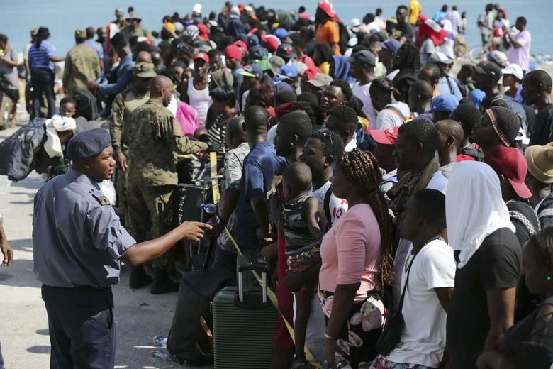 Ludzie oczekujący na ewakuację promem z Marsh Harbor do Nassau