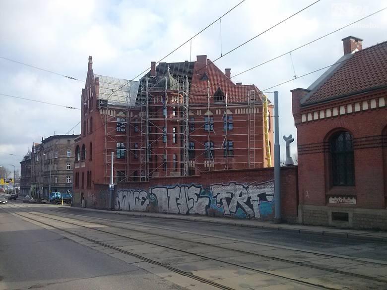 Ulica Kolumba w Szczecinie. Już ponad trzydzieści lat temu ówczesne władze miasta obiecywały generalny remont tej arterii. Ulica jednak wciąż jest zaniedbana