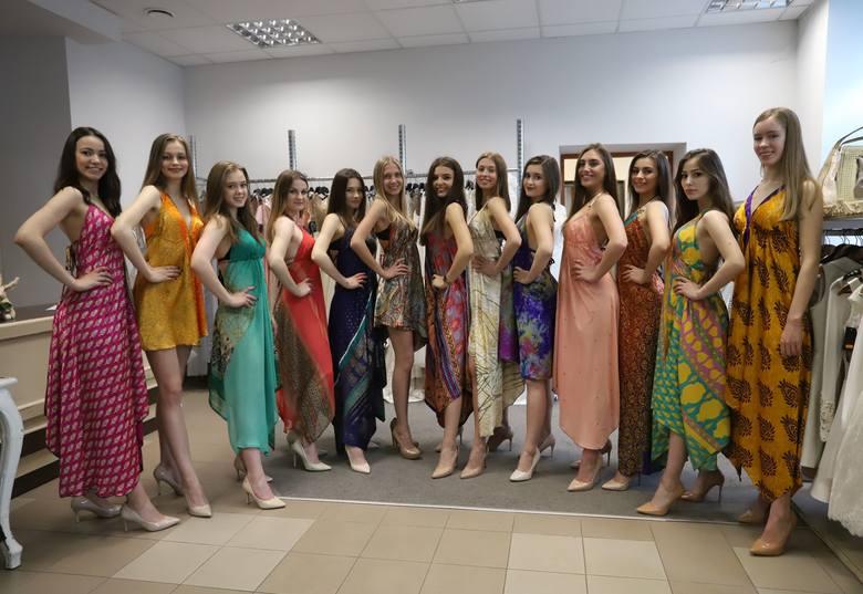 """Kandydatki do tytułu Miss Ziemi Radomskiej przymierzały pareo oraz kostiumy kąpielowe w salonie """"Larin"""". W strojach tych wystąpią podczas"""