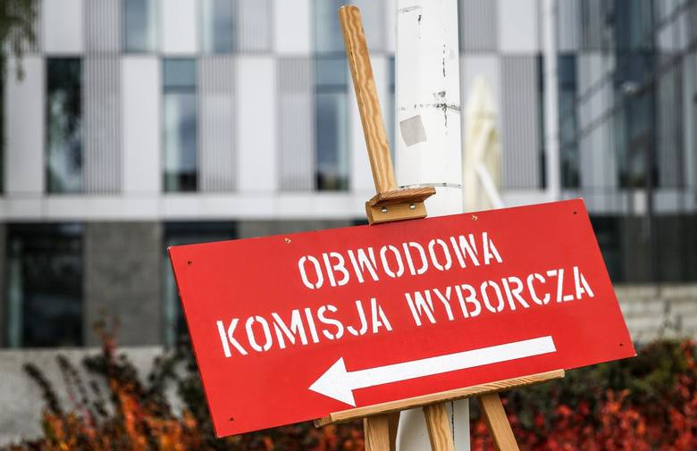 Trwają wybory parlamentarne. Do godz. 17 frekwencja w Polsce wyniosła 45,94 procent - podała Państwowa Komisja Wyborcza. To o prawie 7 punktów procentowych
