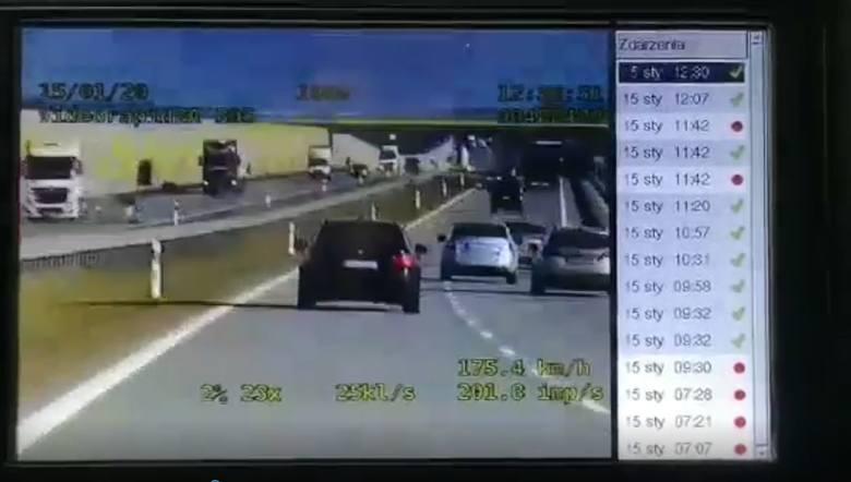Policjanci z grupy SPEED Komendy Wojewódzkiej Policji w Łodzi na trasie S-8 służbie, zatrzymali do kontroli BMW. 37-letni kierujący jechał z prędkością