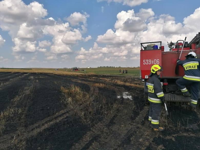 Tragiczny wypadek w Mirowicach - mężczyzna zginął w pożarze prasy do słomy na polu [ZDJĘCIA]
