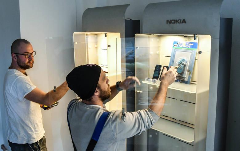 Pierwsze gabloty w Muzeum Telefonów Komórkowych już stoją i czekają na pierwszych zwiedzających 12 stycznia podczas finału WOŚP