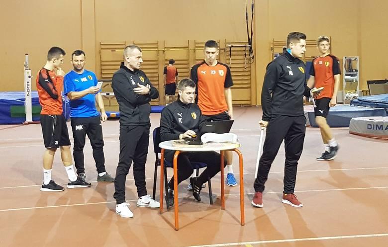 Piłkarze drugiej drużyny Korony Kielce wznowili treningi po urlopowej przerwie i rozpoczęli przygotowania do rundy wiosennej w trzeciej lidze. Po jesieni
