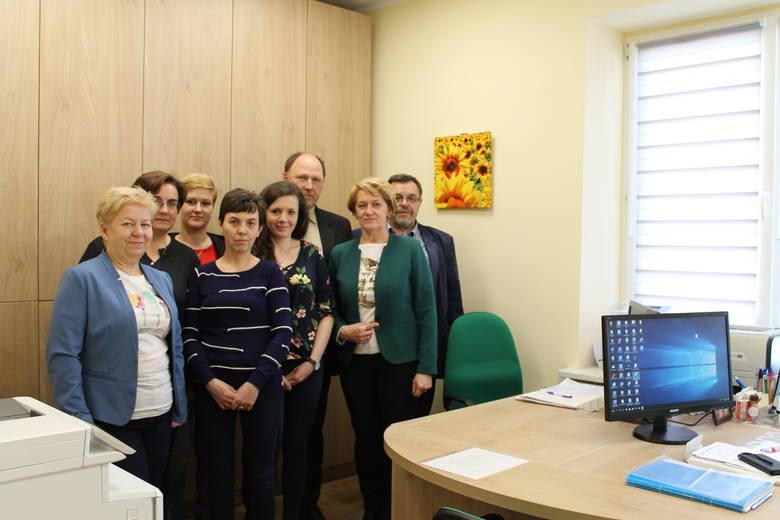 Pracownicy Gminnego Ośrodka Pomocy Społecznej w Odrzywole, w nowym budynku, wraz z władzami gminy.