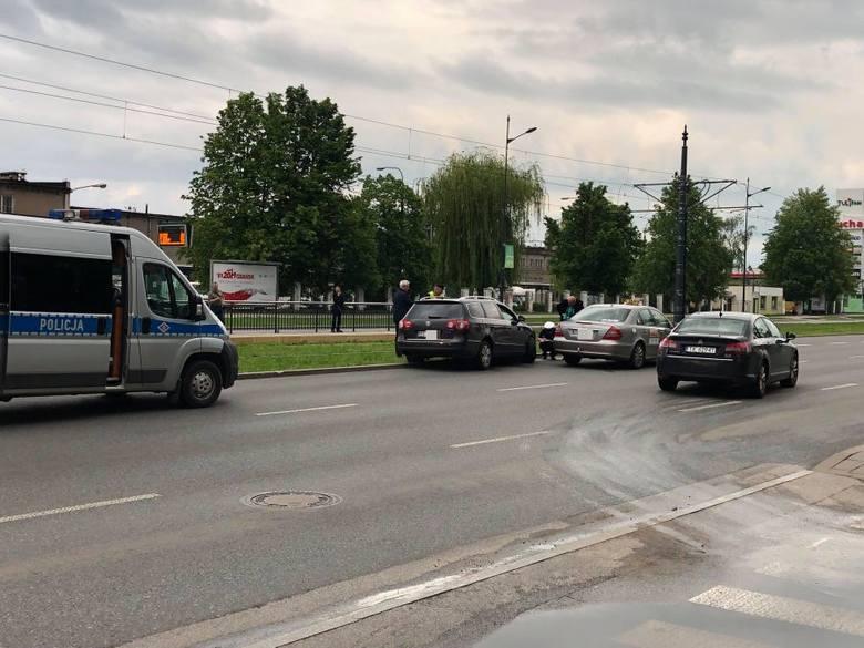 Na al. Piłsudskiego jadąc w stronę Widzewa doszło do niegroźnej stłuczki z udziałem taksówki marki mercedes i volkswagena Passata. Kolizja miała miejsce