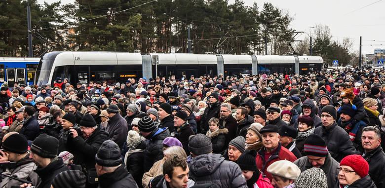 Na pętli przy ulicy Korfantego w sobotę zjawiły się tłumy bydgoszczan. Każdy chciał przejechać się nowiutkim Swingiem. Nic dziwnego, reszta taboru tramwajowego niestety jest dużo starsza.