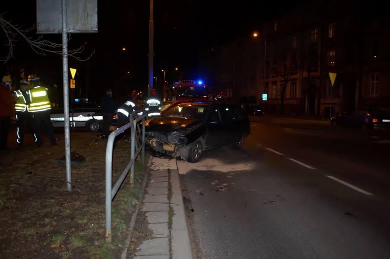 Około godziny 20. w Słupsku przy ulicy Prostej doszło do groźnie wyglądającej kolizji. W zdarzeniu brały udział 2 auta - Ford oraz Skoda. Prawdopodobną