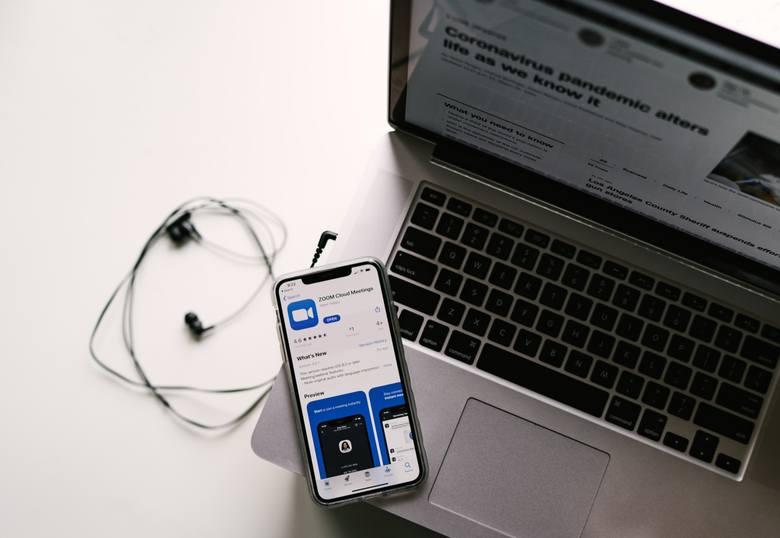 Zoom  - jak korzystać z aplikacji podczas pracy zdalnej i czy jest to bezpieczne?