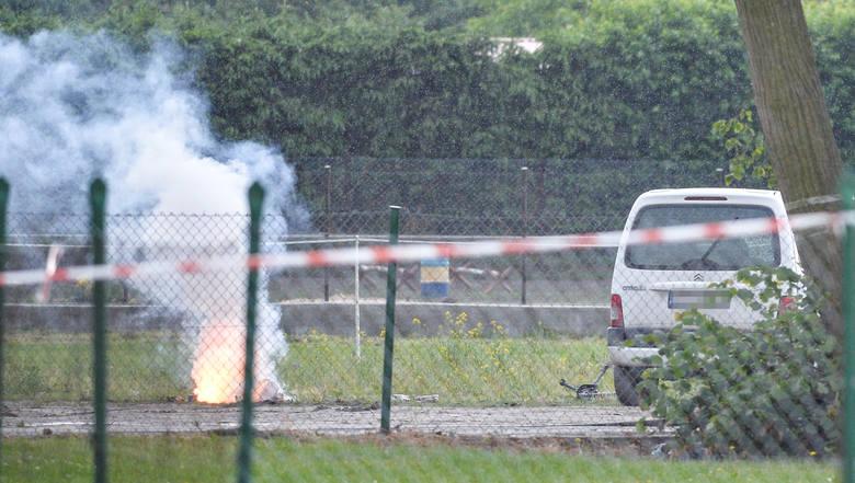Pod samochodem kobiety znajdowała się niewielka ilość materiałów wybuchowych. Pakunek został zdetonowany przez pirotechników. To nie pierwszy przypadek,