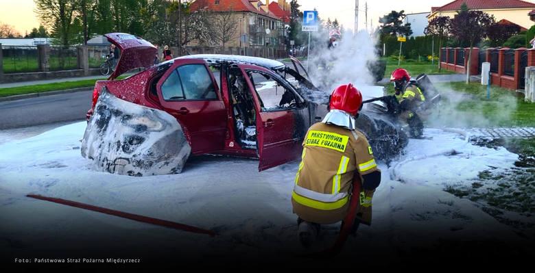 Volkswagen zapłonął na parkingu pod szpitalem. Płomienie biły na dwa metry!