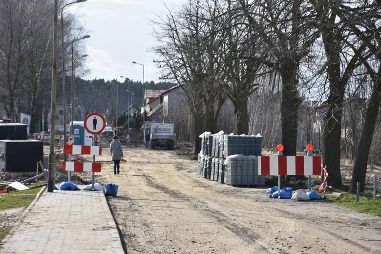 Zagrożenie epidemiologiczne nie wpłynęło na tempo prac przy przebudowie ul. Tysiąclecia w Szubinie. Za  kilka miesięcy będzie tu wygodny chodnik i ścieżka