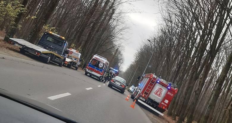 Wypadek na 11-go Listopada w Białymstoku. Kierowca uderzył w drzewo