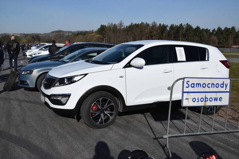 Bardzo wielu właścicieli samochodów wjechało w niedzielę, 11 kwietnia plac giełdy w Miedzianej Górze z zamiarem sprzedaży auta. Pogoda do handlowania
