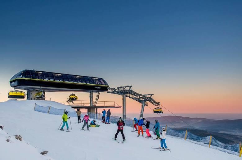 W górach sypnęło śniegiem jak na zamówienie. W wielu ośrodkach narciarskich na Dolnym Śląsku właśnie na dobre wystartował sezon. Ruszyły wyciągi i trasy