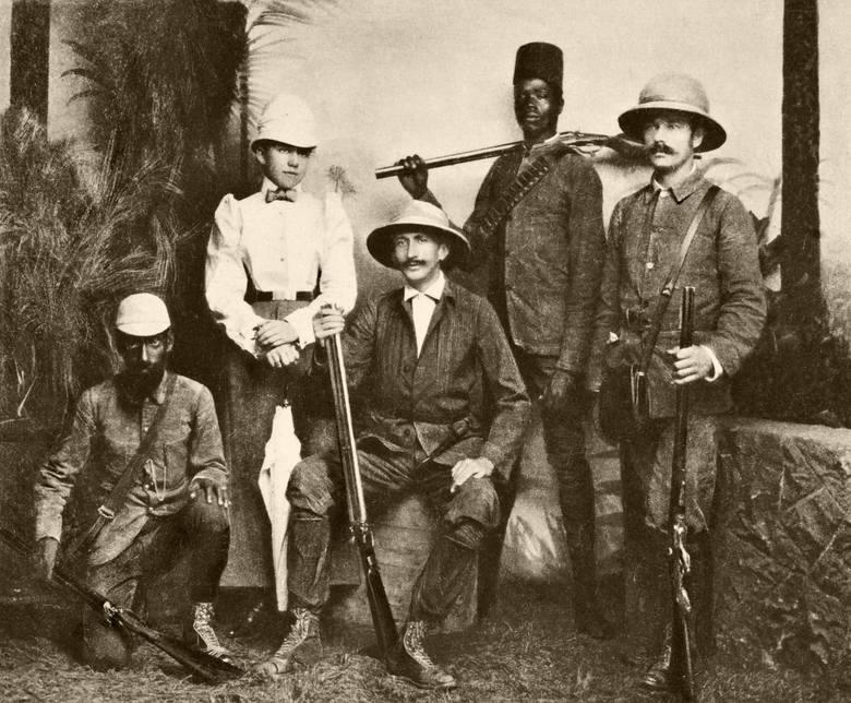 """Józefowie Potoccy ze strzelcem Bajdą, Soultem i Ferekiem, na wyspie Ceylon. Repr. Tom II """"Ceylon"""", Warszawa 1896."""