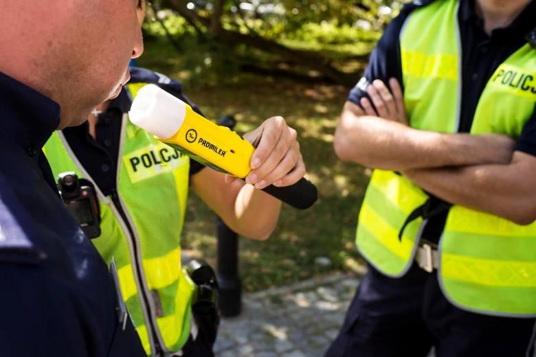 Pijany kierowca nie musi jechać slalomem, by wzbudzić zainteresowanie policjantów. Po czym jeszcze poznają, że kierowca może mieć coś na sumieniu? Policjanci