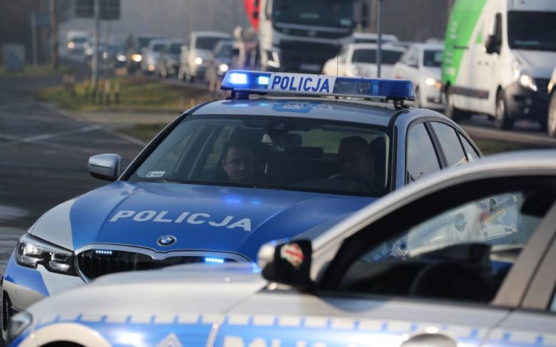 Kierowcy, którzy mają coś na sumieniu bardzo często nerwowo reagują na widok radiowozu. Widząc że z przeciwka jedzie policja często nagle skręcają w