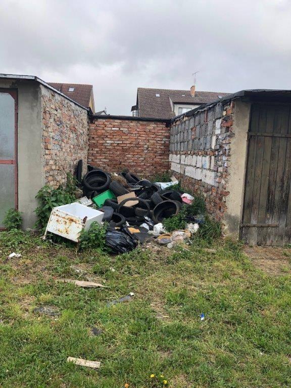 Z okolic garaży przy ul. Rysiej w Słubicach wywieziono 18 ton śmieci