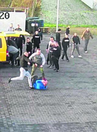 Wyskoczyli z aut i brutalnie zaatakowali! Policja zatrzymała trzech kiboli. Nagrał ich monitoring