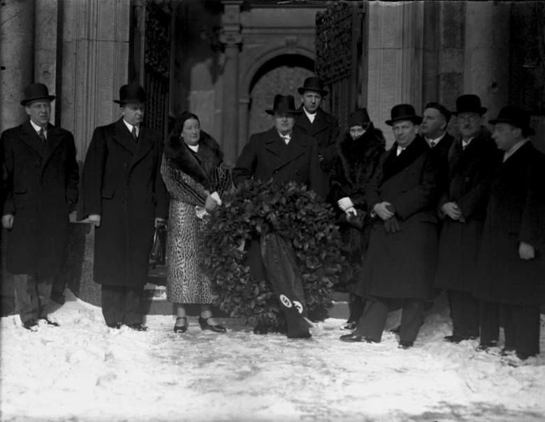 W lutym 1936 r. podczas pierwszego pobytu na Wawelu Hans Frank złożył laurowy wieniec przy trumnie marszałka Piłsudskiego. Towarzyszyła mu żona