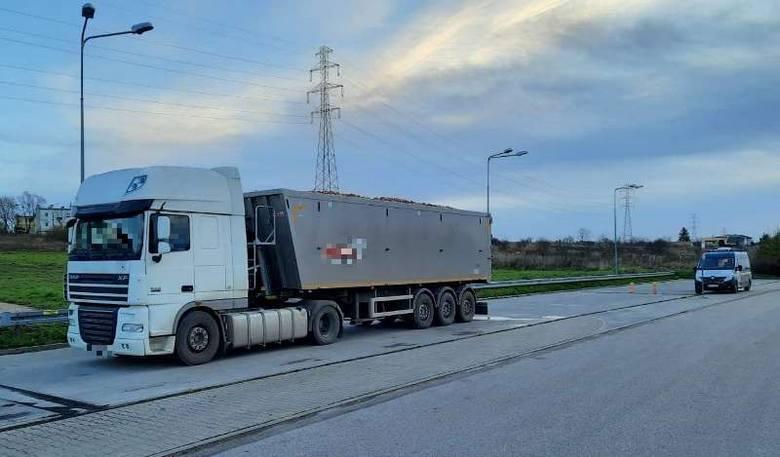 Ciężarówka z jabłkami ważyła o kilka ton za dużo. Kierowca dostał mandat, a przedsiębiorcy grozi teraz wysoka kara finansowa.