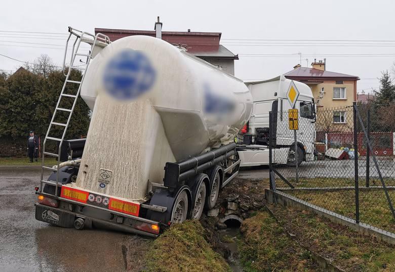 Do zdarzenia doszło w środę około godz. 8.30 w Wyszatycach (gm. Żurawica) pod Przemyślem. Obywatel Węgier, kierując ciężarówką z granulatem aluminiowym,