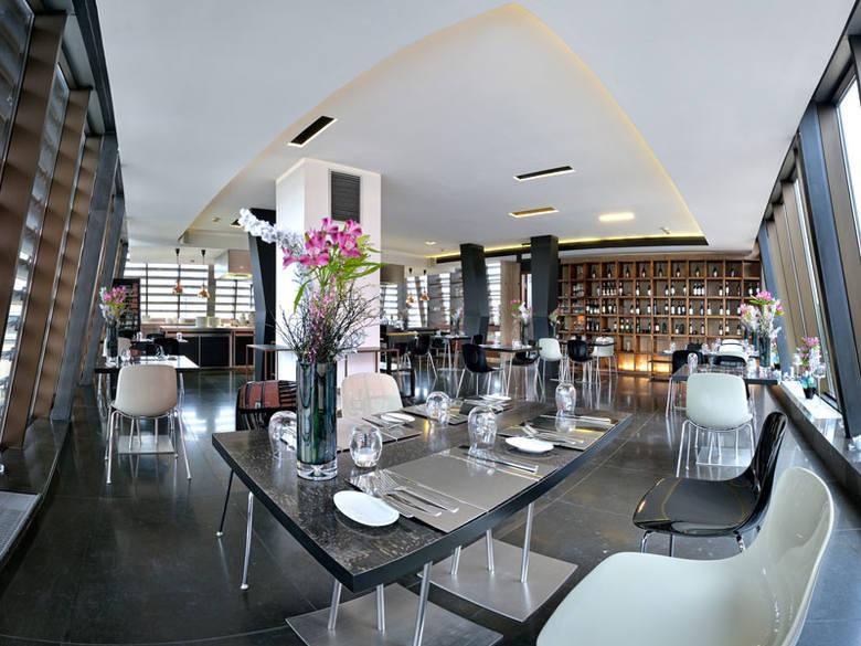 Eleganckie wnętrze, nowoczesna otwarta kuchnia, minimalistyczne menu. Oto krótki opis Restauracji Acquario, znajdującej się na szóstym piętrze Hotelu