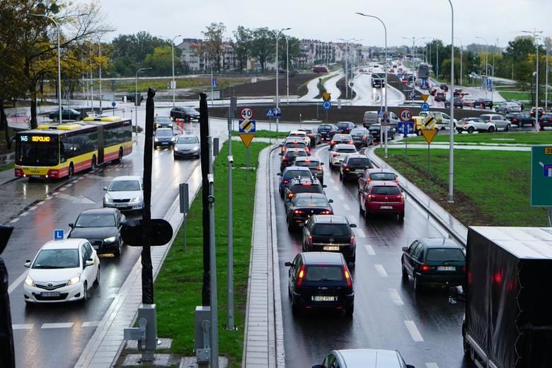 Od soboty kierowców i pasażerów komunikacji miejskiej czeka sporo zmian w organizacji ruchu. Część z nich związana jest z remontami, inne natomiast z