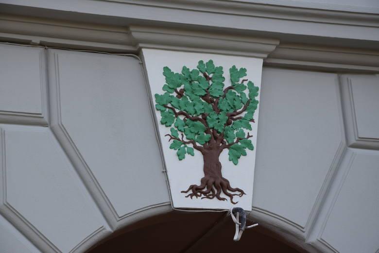 Po remoncie kamienicy u zbiegu ulic Batorego i Dworcowej w Zielonej Górze wyłoniły się piękne, zdobnicze elementy elewacji. Remont powstał z inicjatywy