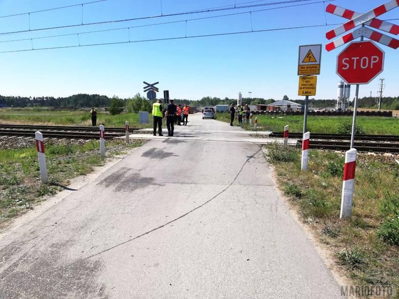 Skład przejechał jeszcze około 200 metrów zanim zatrzymał się. W samochodzie rozbity został przód. <br /> - Na szczęście kierowcy ani żadnemu z pasażerów nic się nie stało - informuje aspirant Karol Brandys z biura prasowego Komendy Wojewódzkiej Policji w Opolu.