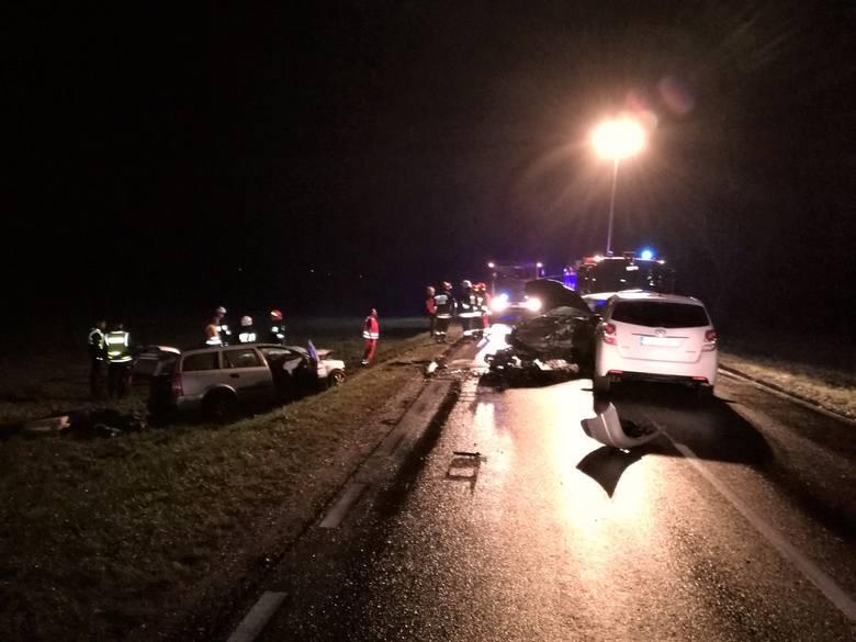 Ze wstępnych ustaleń wynika, że kierowca Chrysler Pacyfica jadąc w kierunku Bielsk Podl., omijając ciągnik rolniczy zjechał na przeciwległy pas i zderzył