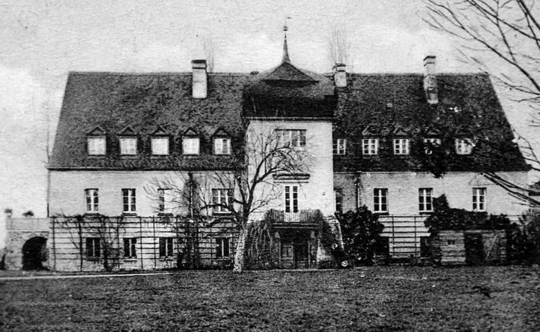 Pałac w Siedlcu, w którym do 1945 roku mieszkał z rodziną  Hyacinth von Strachwitz. Dwór został spalony przez Rosjan i nie został już odbudowany.