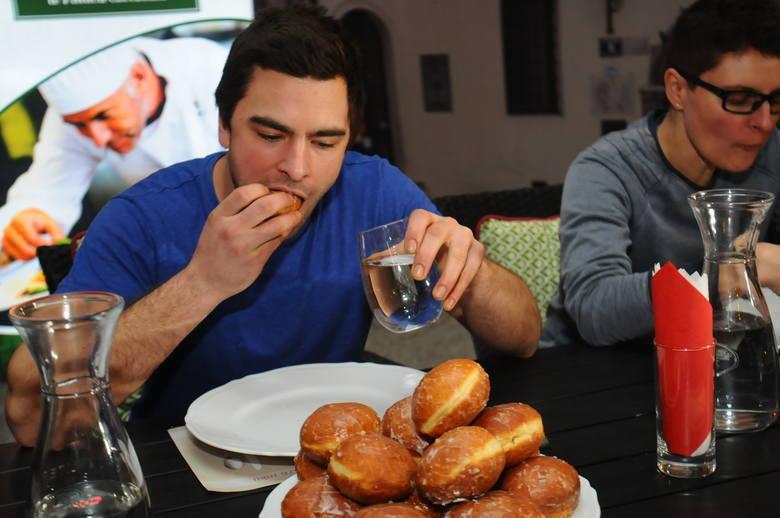 XIV Mistrzostwa Krakowa w jedzeniu pączków na czas. Kto zostanie zwycięzcą?