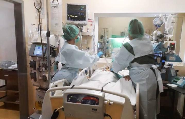 Lecznica odseparowała pacjentkę, zakazała odwiedzin jej bliskich oraz wprowadziła ścisły reżim sanitarny dla personelu np. wejście na salę w odzieży
