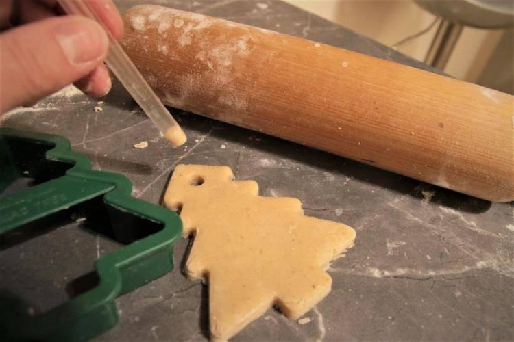 Robienie dziurek w ciastkach na choinkę