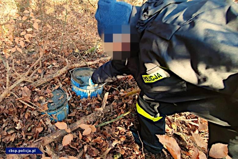 Śledztwo trwało wiele miesięcy, a ze wstępnych ustaleń wynikało, że narkotyki wytwarzane były w nocy w odludnym, trudno dostępnym terenie leśnym w okolicy