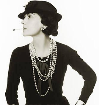 Coco ChanelŻycie Coco Chanel było pełne zwrotów akcji i tragicznych wydarzeń. Kultowa projektantka w wieku 18 lat opuściła sierociniec i na tym skończyła