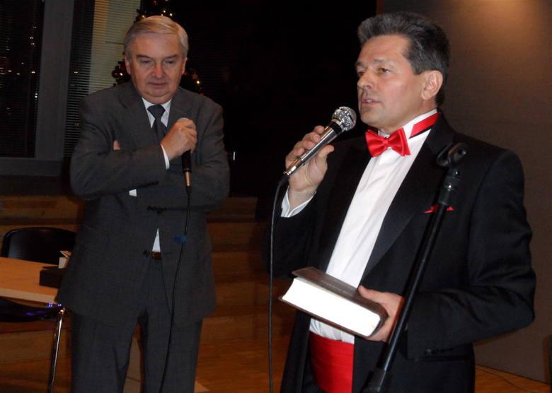 """Tadeusz Sznuk (z lewej) czytał fragmenty książki """"Los jest myśliwym"""""""