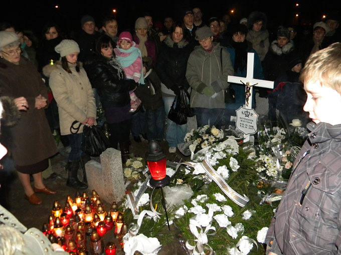 Na grobie dwuletniej Wiktorii zapłonęły znicze