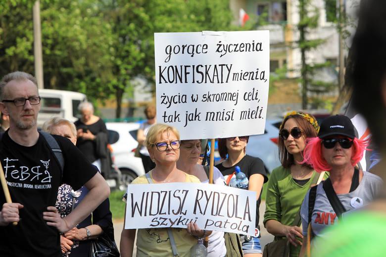 """""""Chryja pod Radiem Maryja"""" - pod takim hasłem organizacje feministyczne świętowały 73. urodzin o. dyrektora Tadeusza Rydzyka. Akcję zorganizowały: Kolektyw"""