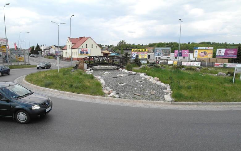 Rondo kard. Stefana Wyszyńskiego. Most zbudowany nad strumieniem usypanym z kamieni wita kierowców wyjeżdżających do Grudziądza od strony Kwidzyna i Łasina.