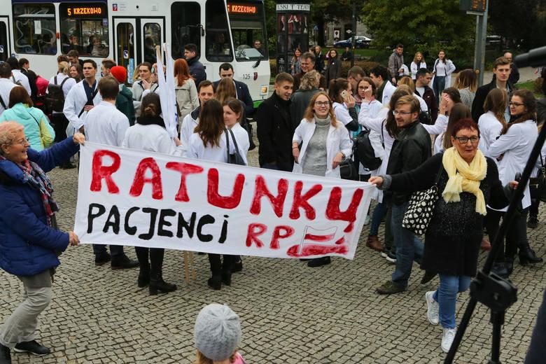Na wiec przyszli nie tylko lekarze, ale również studenci i pacjenci. Każdemu leży na sercu poprawa  działania służby zdrowia w Polsce. - Chcemy, żeby  leczyli nas dobrze wykształceni i uposażeni lekarze - mówili pacjenci