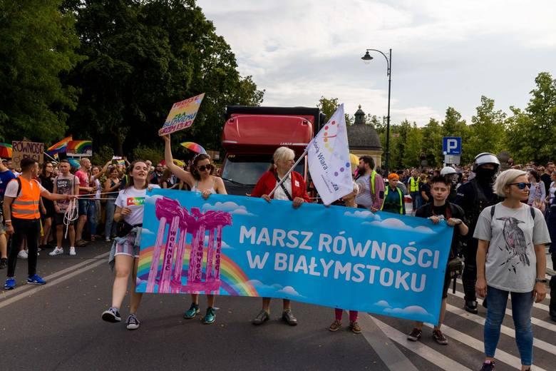 Setki osób przeszło ulicami Białegostoku w pierwszym w historii Marszu Równości. Manifestowali wolność, miłość, walcząc o tolerancję i akceptację. Marsz
