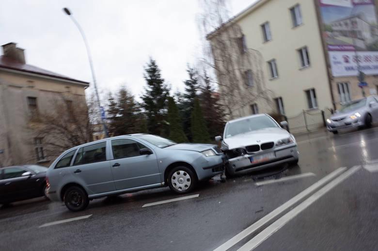 Dwa samochody zderzyły się na placu Śreniawitów w Rzeszowie - napisał nasz Czytelnik na alarm@nowiny24.pl. Zobaczcie zdjęcia z wypadku.W centrum Rzeszowa