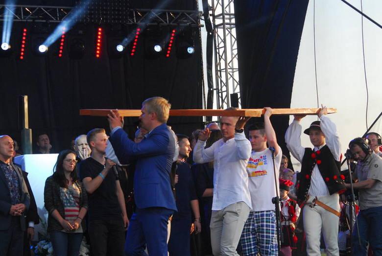 """Próba generalna przed ŚDM 2016 - tak nazwano koncert """"Solne uwielbienie"""", który odbył się w czwartek wieczorem w Wieliczce. W wydarzeniu wzięło udział kilka tysięcy osób"""