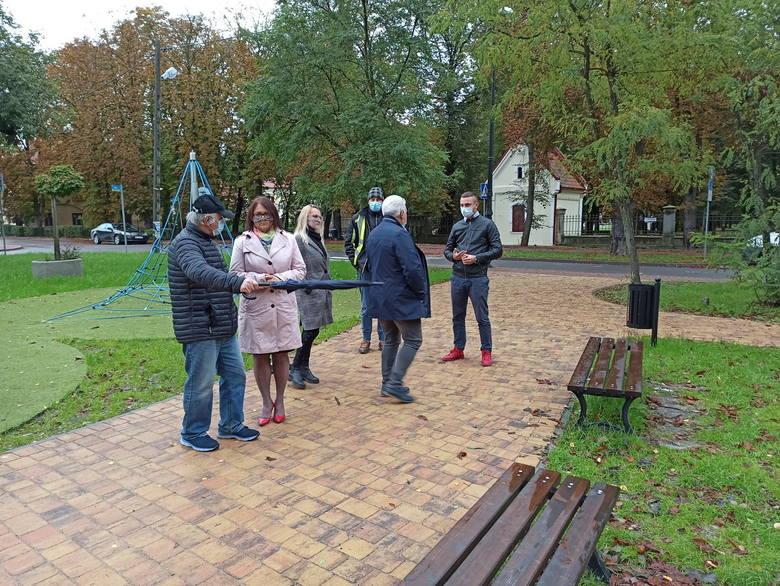 Plac Górnika w Tarnobrzegu już po rewitalizacji. Oprócz podświetlanego globusa jest tu plac zabaw, małe boisko i parking [ZDJĘCIA]