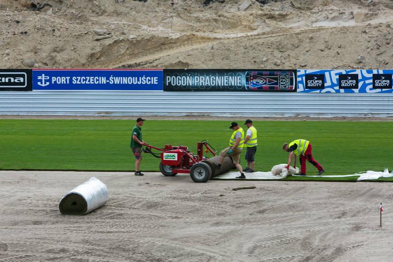 Trwa wymiana murawy na stadionie Pogoni Szczecin [ZDJĘCIA]