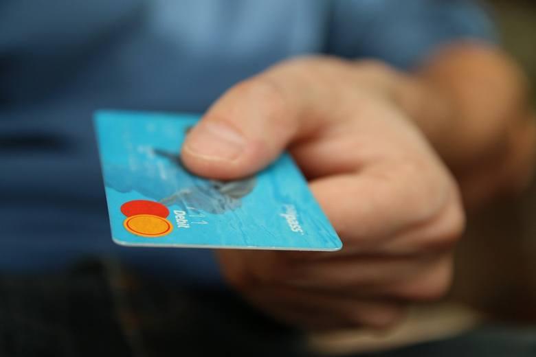 Oszuści najpierw chcą zapłacić za towar kartą, jednak transakcja nie dochodzi do skutku