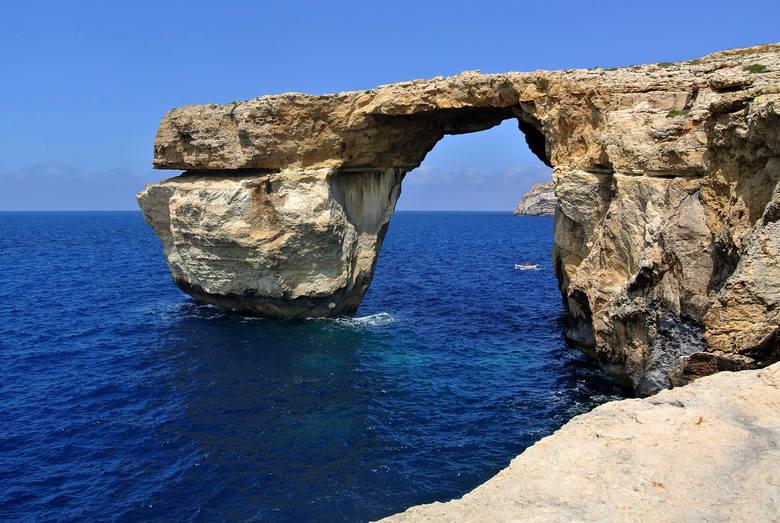 Azure Window, czyli most skalny znajdujący się na leżącej nieopodal Malty wyspie Gozo, był jedną z największych atrakcji turystycznych tej okolicy. Wapienna